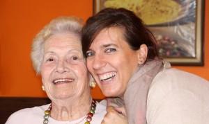 Anciana y cuidadora. Servicios centrados en la persona mayor. Servicios a domicilio